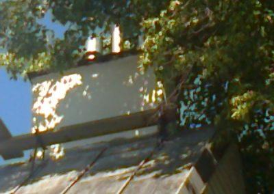 źle zabezpieczone przewody kominowe przy drzewach